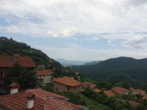 """На 40 км от Пловдив: Село на ръба на Родопите и """"кацнал"""" на върха параклис"""