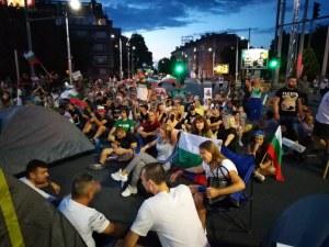 Протестиращи опътаха палатки в пловдивско кръстовище, насядаха на къмпинг столчета
