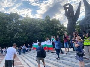 """С викове """"Оставка"""" и химна на уста пловдивчани излязоха на протест"""