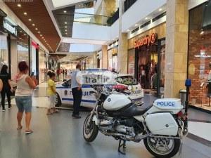 Деца яхнаха полицейски мотори и се снимаха в патрулка в пловдивски мол