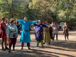 Лаута в плен на древни воини - хвърчат стрели и копия (Фотогалерия)