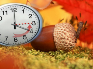 В събота срещу неделя местим стрелките на часовника към зимно часово време