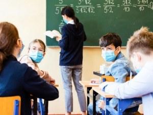 Заповед: Учениците влизат в класните стаи с маски или шлемове