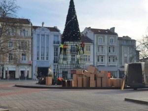 Демонтират коледната елха в центъра на Пловдив