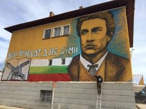 Добрият пример на графитите: Скулптор рисува фасади на детски градини и училища