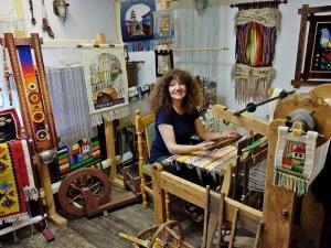 Тъкачката Слава Балджиева обучава пловдивски деца как се създава художествена тъкан
