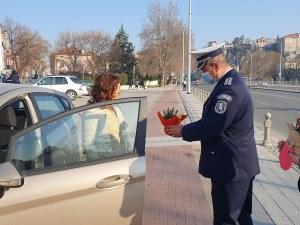 Вместо актове: Цветя за дамите зад волана в Пловдив (Фотогалерия)