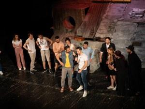 Спектакъл на Пловдивския театър събра влюбените Никола и Ива