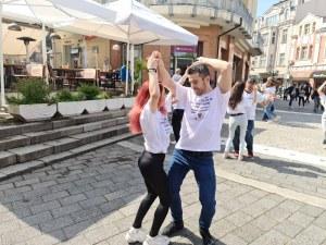 Сърцето на Пловдив танцува в ритмите на фолклора, латино и хип-хопа (Фотогалерия)