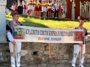 """Ученици от СУ """"Св.св. Кирил и Методий"""" почетоха патронния си празник с шествие и концерт"""