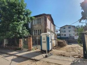 Къща се срутва в центъра на Пловдив заради строителен изкоп, обитателите се евакуираха