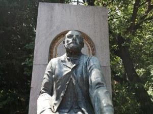 Възстановиха бронзовия венец на паметника на Захарий Стоянов в Дондуковата градина