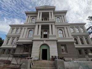 В Градската галерия: Красиви зали в зелено и червено и специални места за сядане като в световните музеи