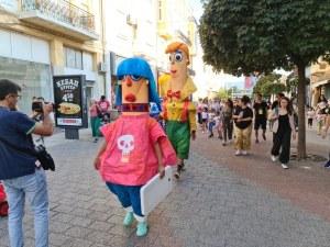 Идеалната разходка на едно идеално куклено семейство в идеалния Пловдив