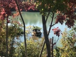 Есенно вълшебство край Луковит: Хобитски къщи, златна река и Очите на Бога